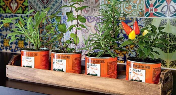 como-fazer-horta-em-apartamento-latas